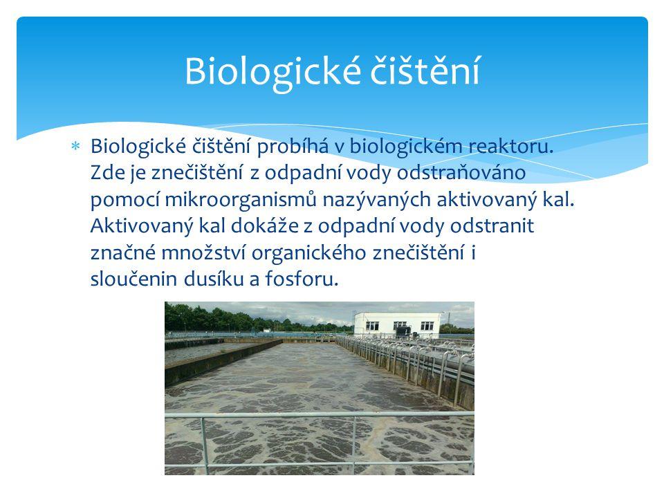  Směs vody a aktivovaného kalu pak teče do dosazovací nádrže, kde dochází k oddělení vyčištěné vody od aktivovaného kalu v důsledku jeho sedimentace.