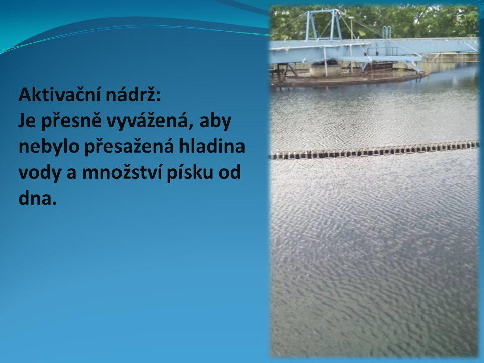 Aktivační nádrž: Je přesně vyvážená, aby nebylo přesažená hladina vody a množství písku od dna.