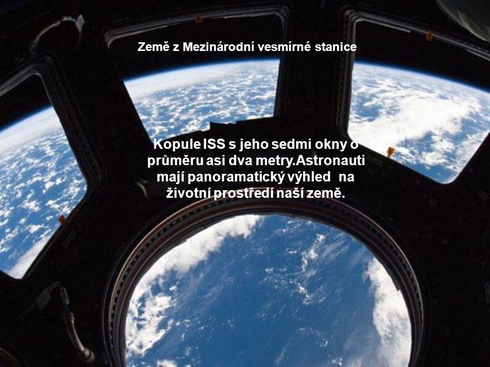 Země z Mezinárodní vesmírné stanice Kopule ISS s jeho sedmi okny o průměru asi dva metry.Astronauti mají panoramatický výhled na životní prostředí naší země.