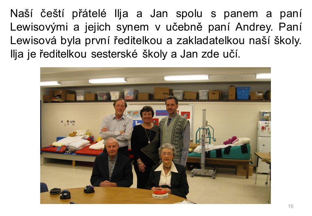 Naší čeští přátelé Ilja a Jan spolu s panem a paní Lewisovými a jejich synem v učebně paní Andrey. Paní Lewisová byla první ředitelkou a zakladatelkou