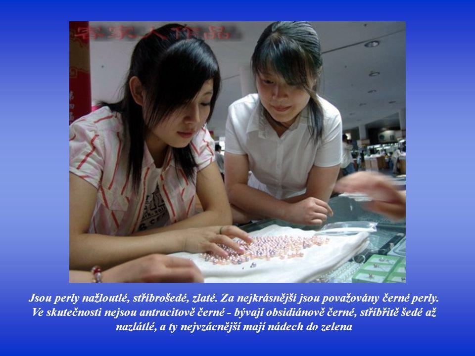 Typickou barvou perel je bílá - bílé perly, to jsou ty, v nichž se