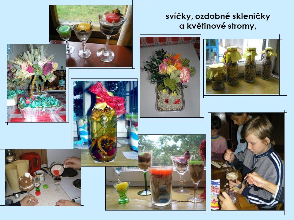 svíčky, ozdobné skleničky a květinové stromy,