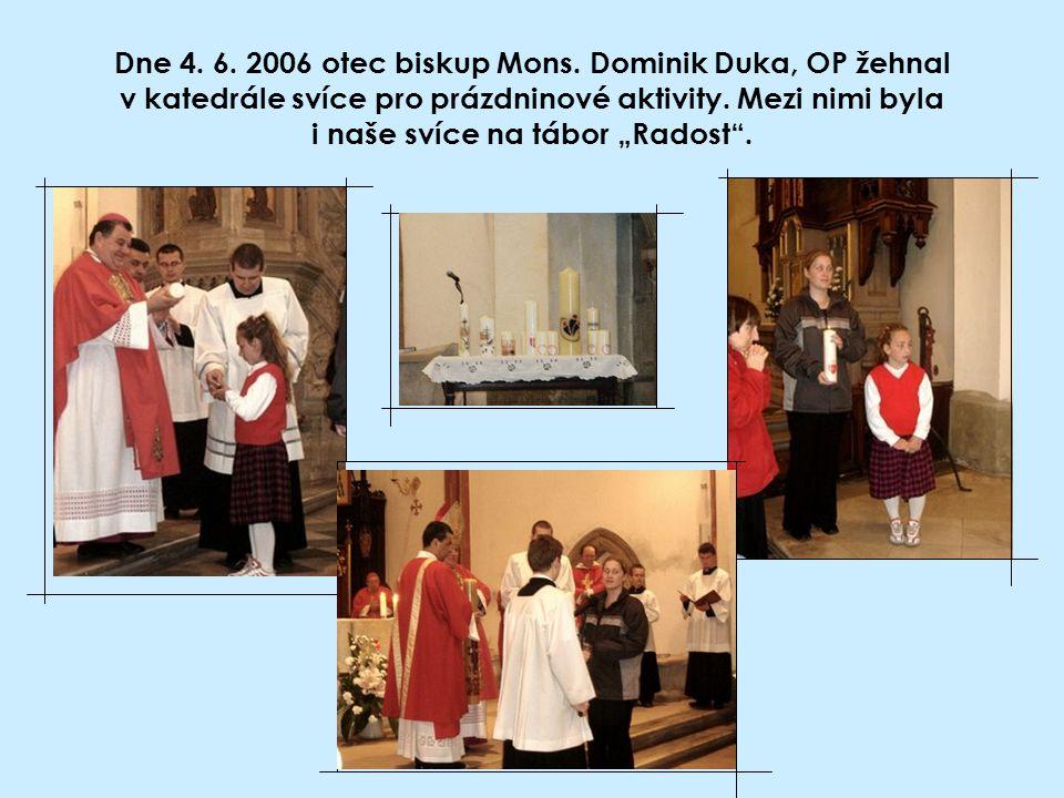 """Dne 4. 6. 2006 otec biskup Mons. Dominik Duka, OP žehnal v katedrále svíce pro prázdninové aktivity. Mezi nimi byla i naše svíce na tábor """"Radost""""."""