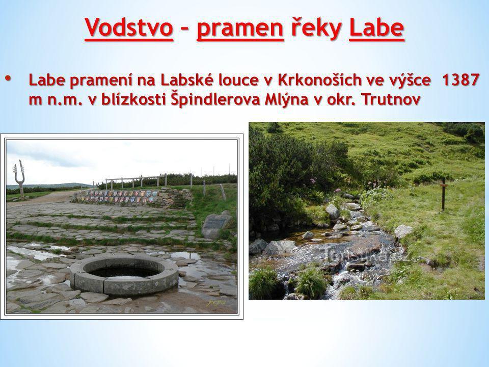 Vodstvo – pramen řeky Labe Labe pramení na Labské louce v Krkonoších ve výšce 1387 m n.m. v blízkosti Špindlerova Mlýna v okr. Trutnov Labe pramení na