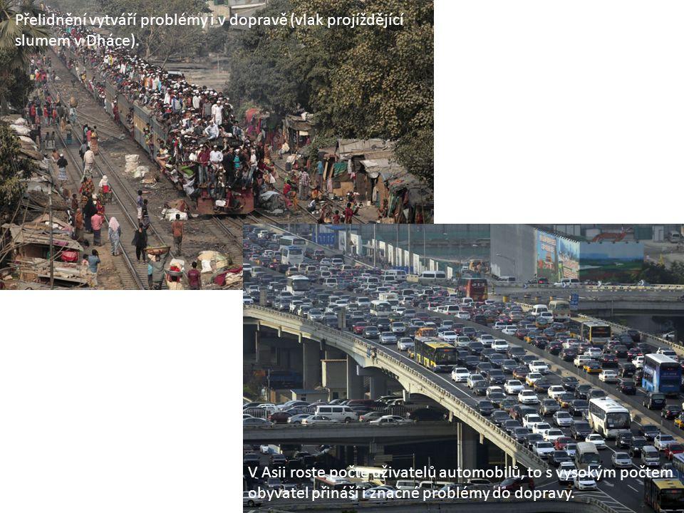 Přelidnění vytváří problémy i v dopravě (vlak projíždějící slumem v Dháce). V Asii roste počte uživatelů automobilů, to s vysokým počtem obyvatel přin