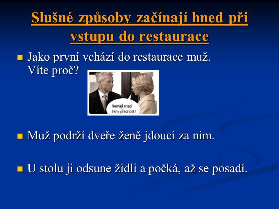 Slušné způsoby začínají hned při vstupu do restaurace Jako první vchází do restaurace muž.