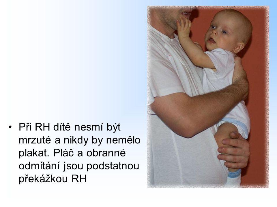Při RH dítě nesmí být mrzuté a nikdy by nemělo plakat. Pláč a obranné odmítání jsou podstatnou překážkou RH