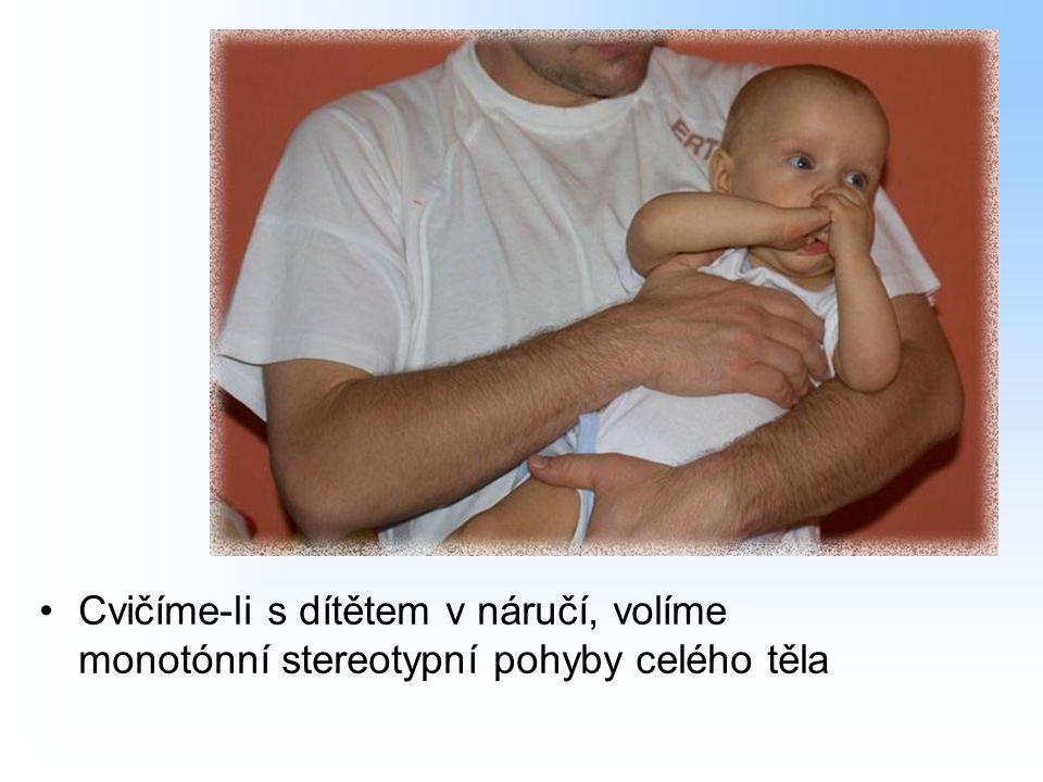 Cvičíme-li s dítětem v náručí, volíme monotónní stereotypní pohyby celého těla