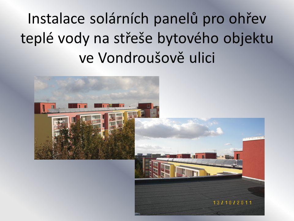 Instalace solárních panelů pro ohřev teplé vody na střeše bytového objektu ve Vondroušově ulici