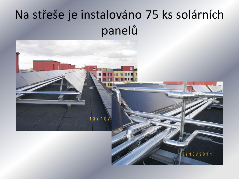 Na střeše je instalováno 75 ks solárních panelů