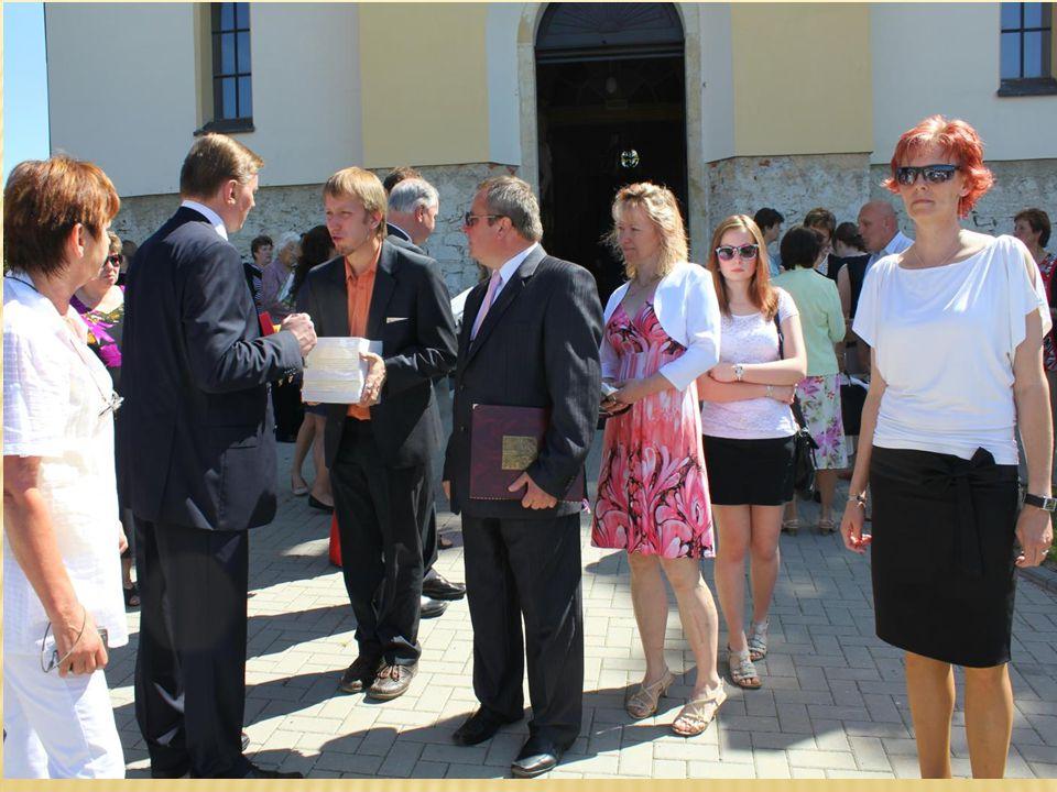 Pan senátor ing.Juránek dostal knížku o historii našeho kostela