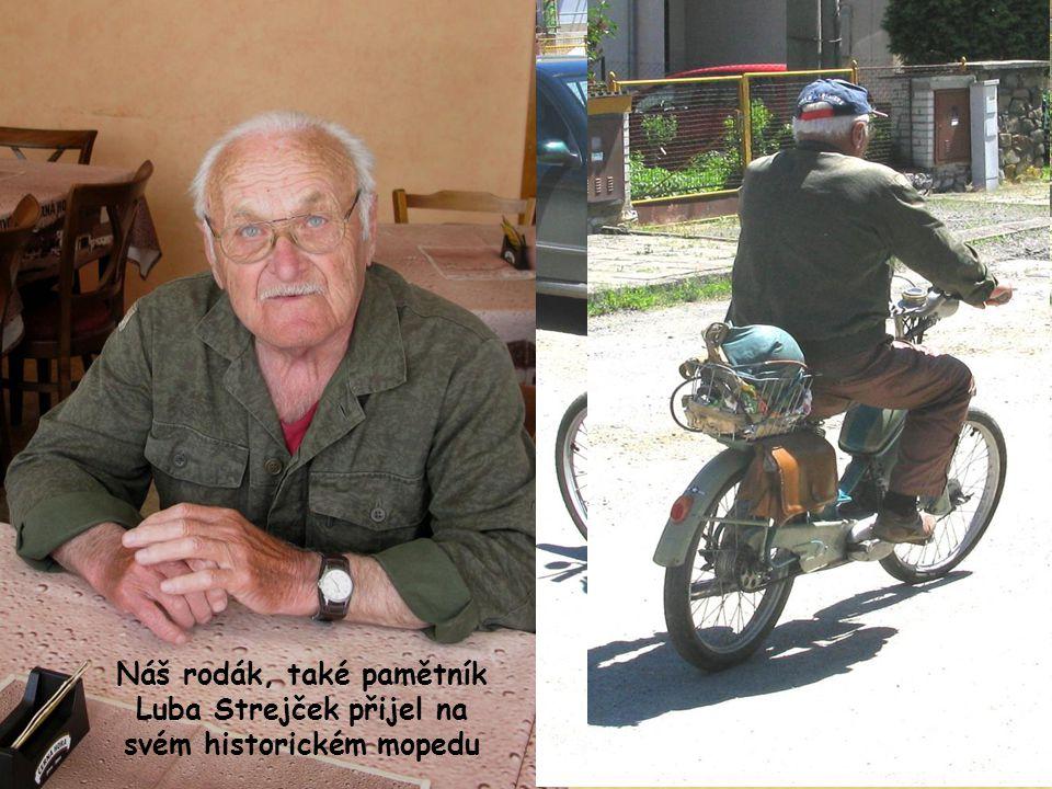 Náš rodák, také pamětník Luba Strejček přijel na svém historickém mopedu