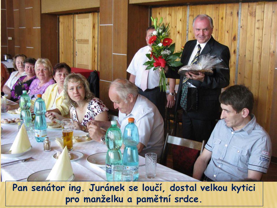 Pan senátor ing. Juránek se loučí, dostal velkou kytici pro manželku a pamětní srdce.