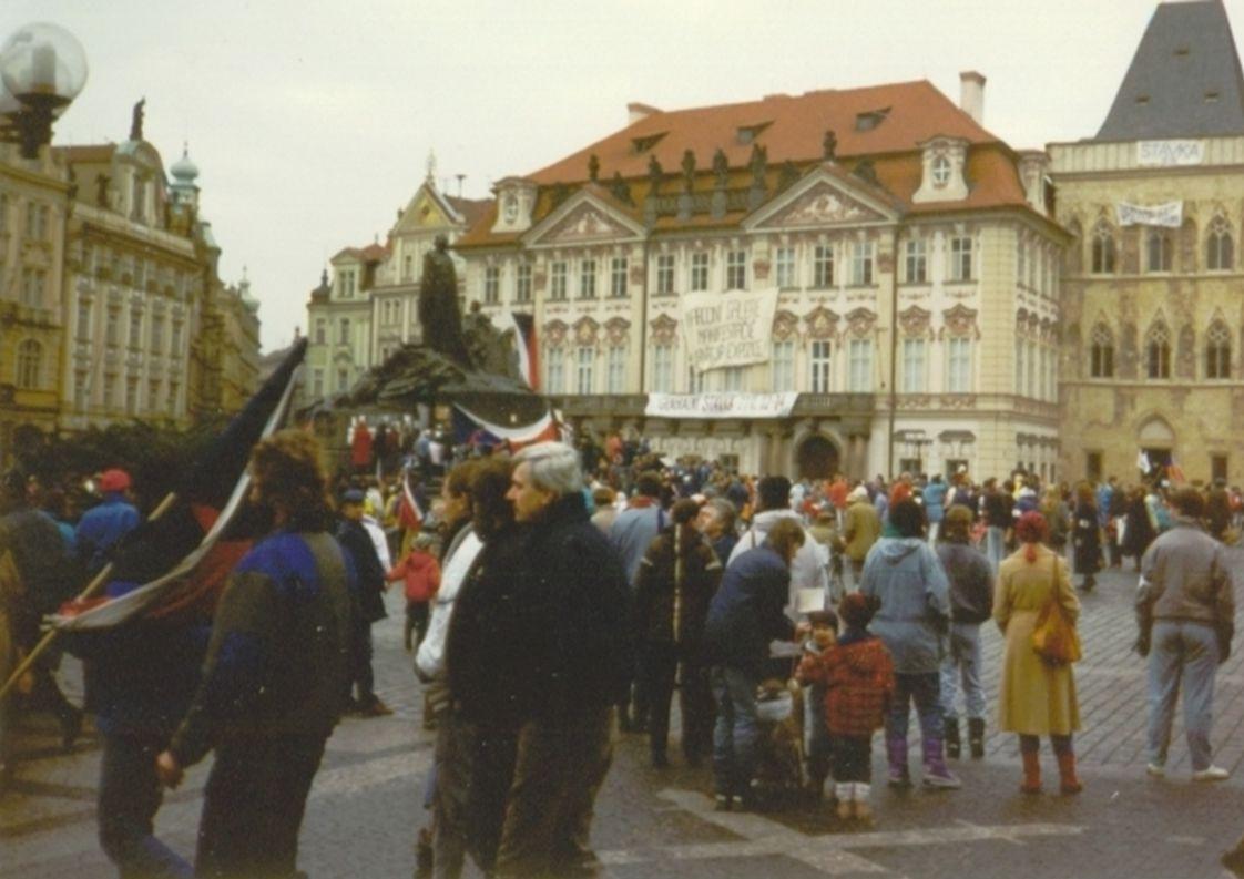 Po 17. listopadu 1989 stateční Češi nesouhlasí s politikou KSČ.