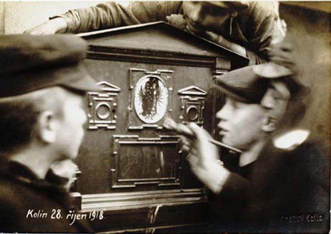 Petr Nečas, předlistopadový soudruh, funkcionář komunistického SSM a svazu Československo-sovětského přátelství, z rodiny agenta STB a pracovnice komunistické strany na radnici v Uherském Hradišti.