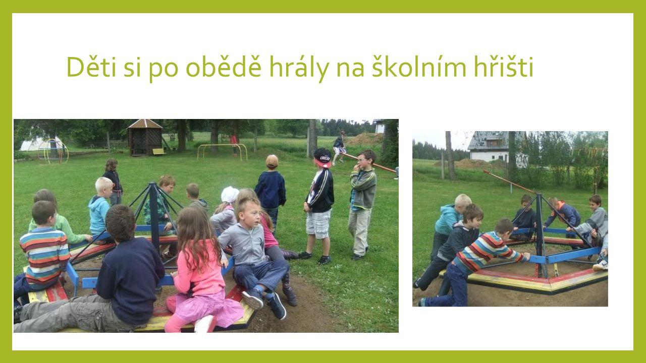 Děti si po obědě hrály na školním hřišti