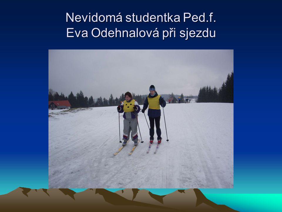 Nevidomá studentka Ped.f. Eva Odehnalová při sjezdu