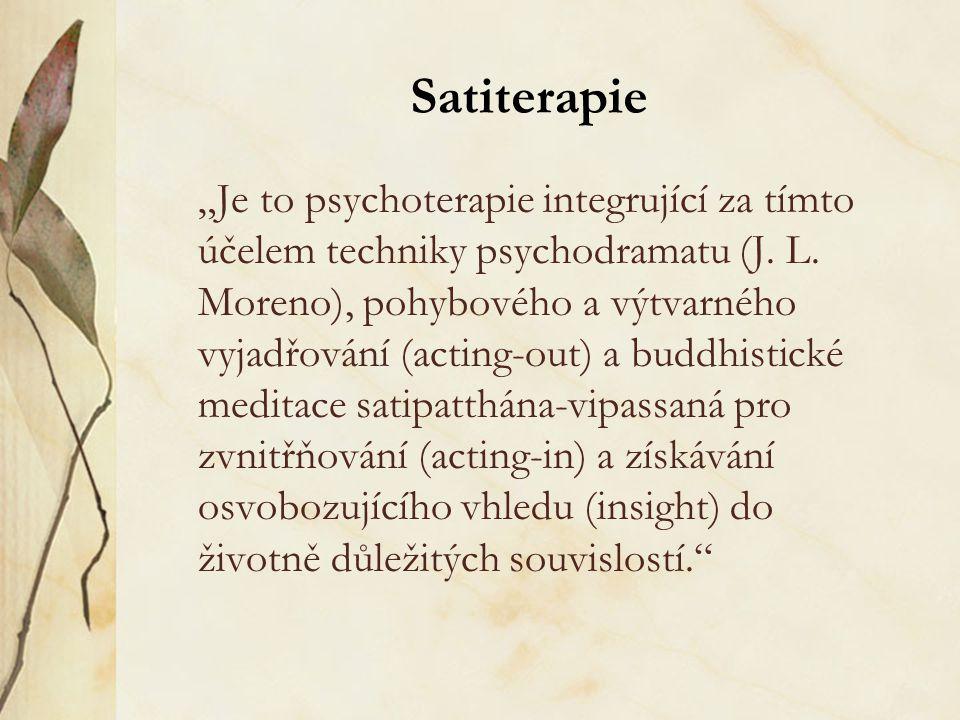 """Satiterapie """"Je to psychoterapie integrující za tímto účelem techniky psychodramatu (J. L. Moreno), pohybového a výtvarného vyjadřování (acting-out) a"""