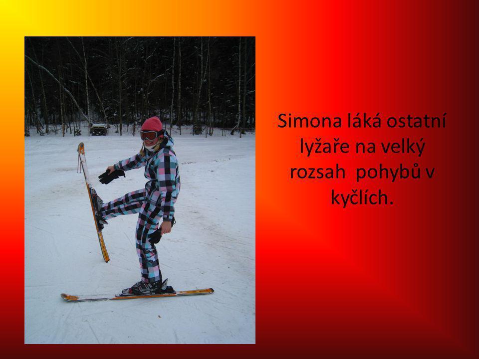 Simona láká ostatní lyžaře na velký rozsah pohybů v kyčlích.