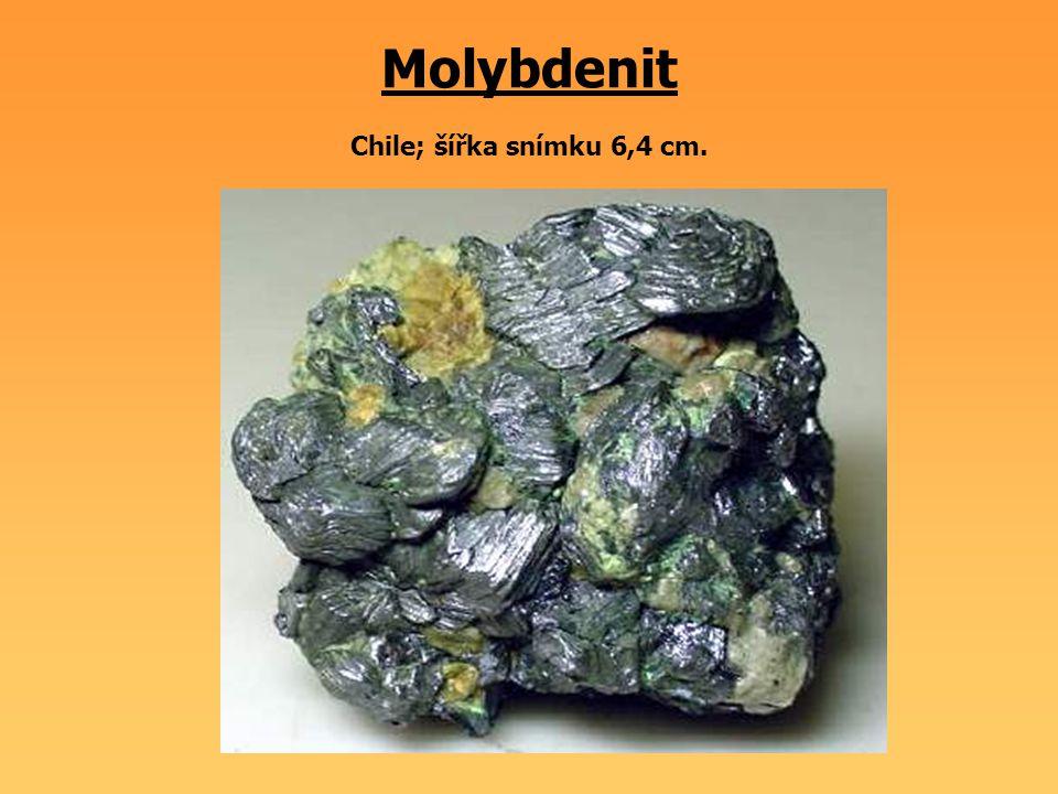 Molybdenit Chile; šířka snímku 6,4 cm.