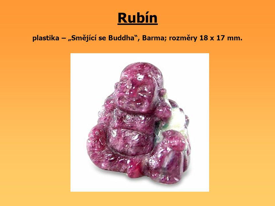 """Rubín plastika – """"Smějící se Buddha"""", Barma; rozměry 18 x 17 mm."""
