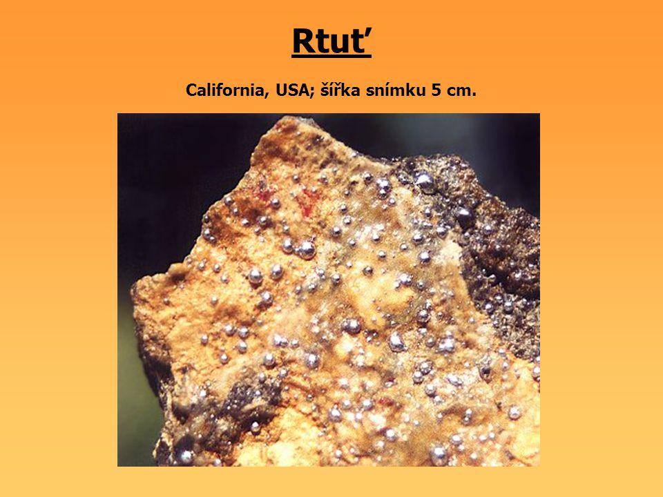 Antimonit Itálie; šířka snímku 2,5 cm.