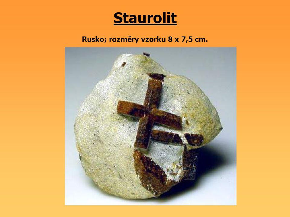 Staurolit Rusko; rozměry vzorku 8 x 7,5 cm.