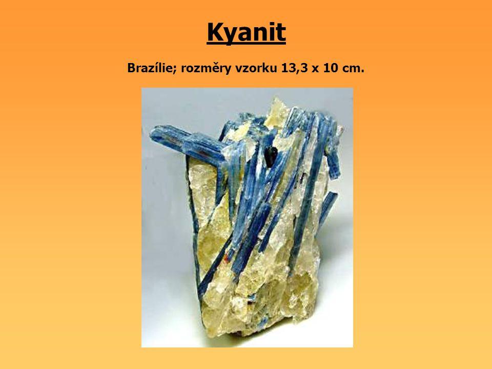 Kyanit Brazílie; rozměry vzorku 13,3 x 10 cm.