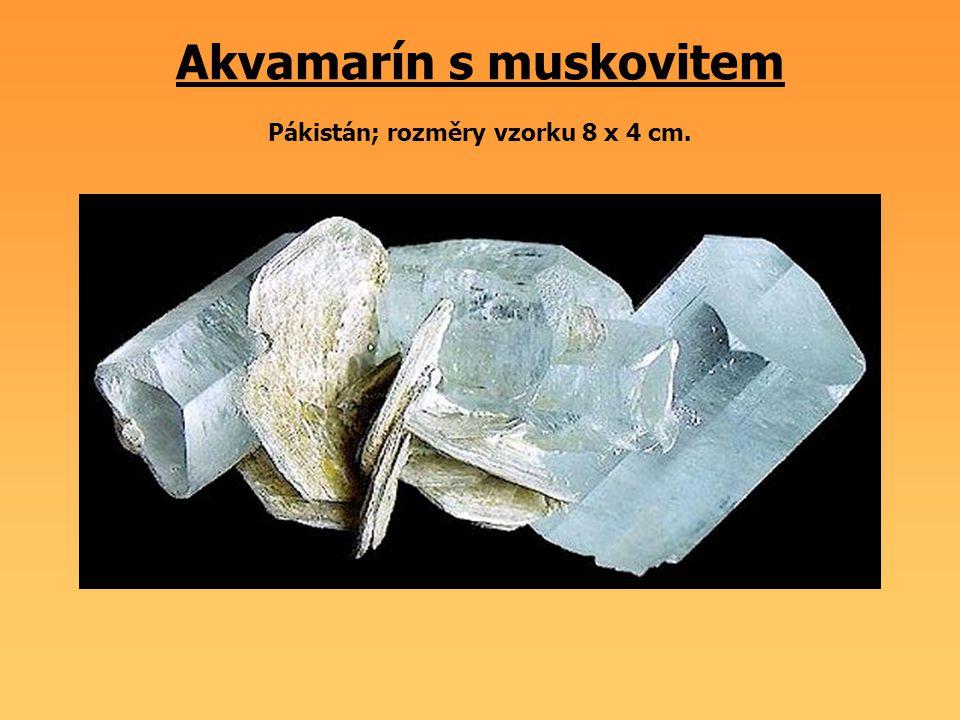 Akvamarín s muskovitem Pákistán; rozměry vzorku 8 x 4 cm.