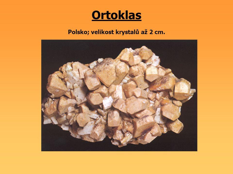 Ortoklas Polsko; velikost krystalů až 2 cm.