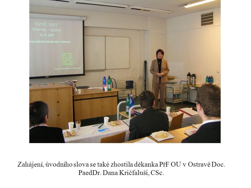 První řada byla vyhrazena pro hosty a hodnotící komisi (zleva proděkan pro vědu a vnější vztahy Doc.