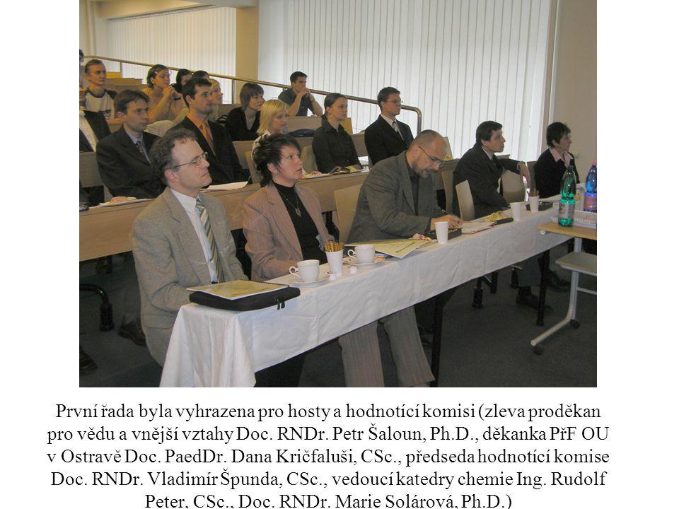První řada byla vyhrazena pro hosty a hodnotící komisi (zleva proděkan pro vědu a vnější vztahy Doc. RNDr. Petr Šaloun, Ph.D., děkanka PřF OU v Ostrav
