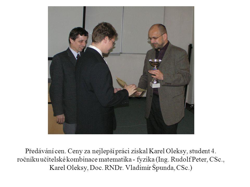 Předávání cen. Ceny za nejlepší práci získal Karel Oleksy, student 4. ročníku učitelské kombinace matematika - fyzika (Ing. Rudolf Peter, CSc., Karel