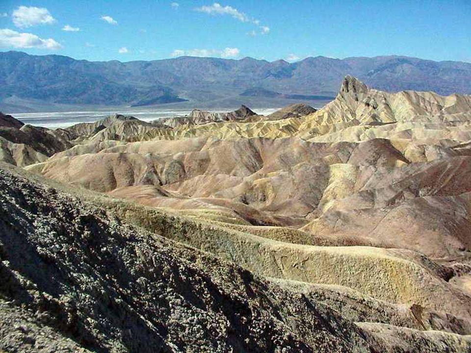 Zabriskie Point je rozhledna na zajímavé erozní útvary (Badlands ).