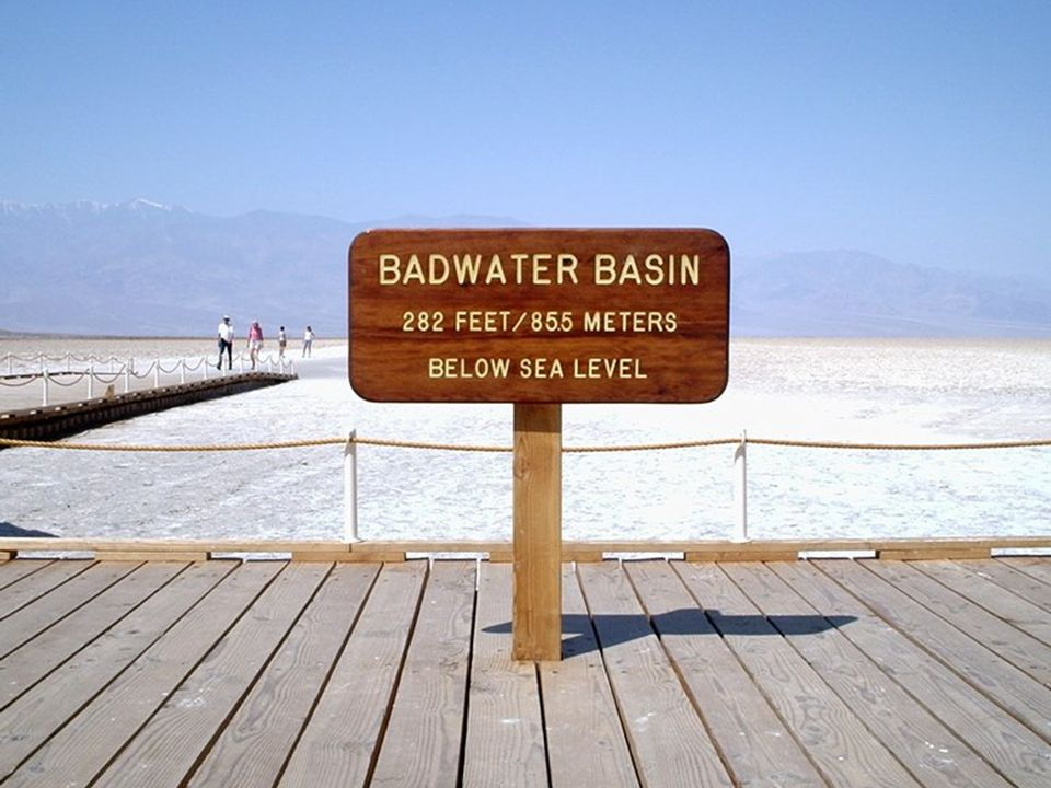 Badwater (Špatná voda) je vyschlé jezero, které leží 85,5 metrů pod hladinou moře.