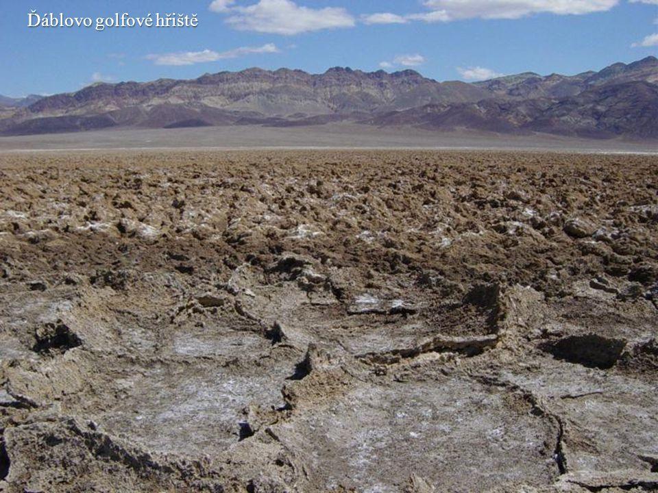 Ďáblovo golfové hřiště je obrovská část dna údolí, pokrytá koulemi ze směsi hlíny a soli.