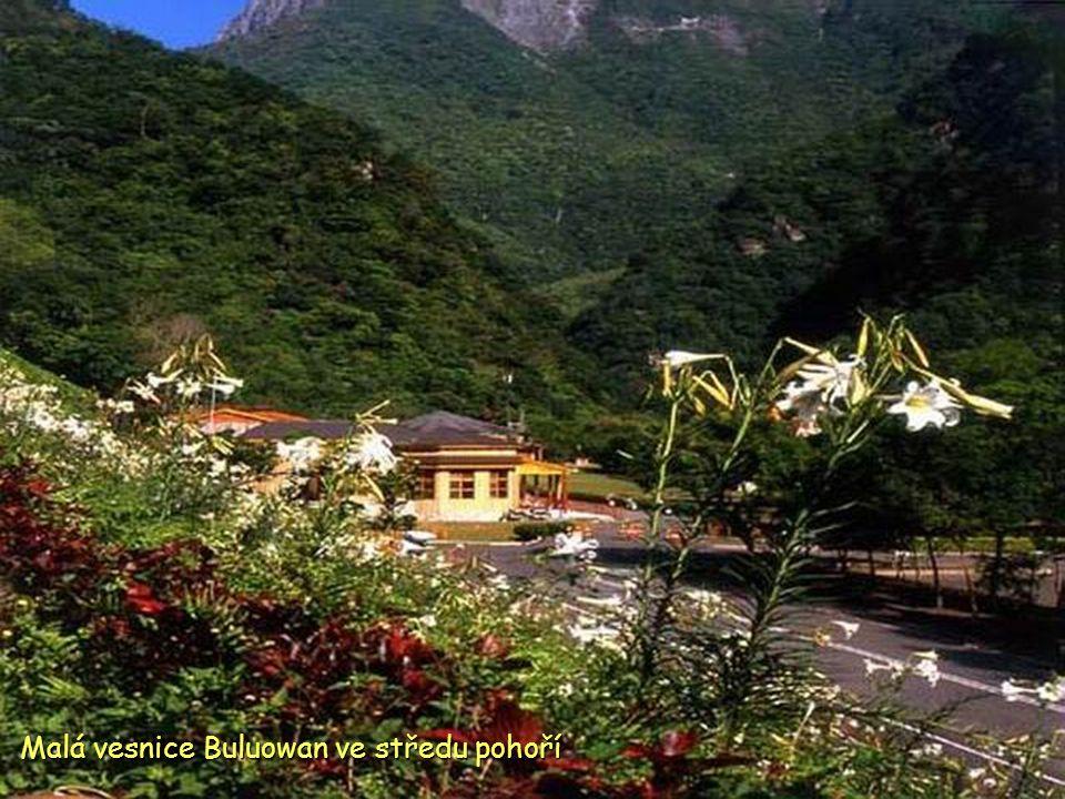 Dobrodružná cesta v útesu centrální dálnice v Nár. parku Taroko