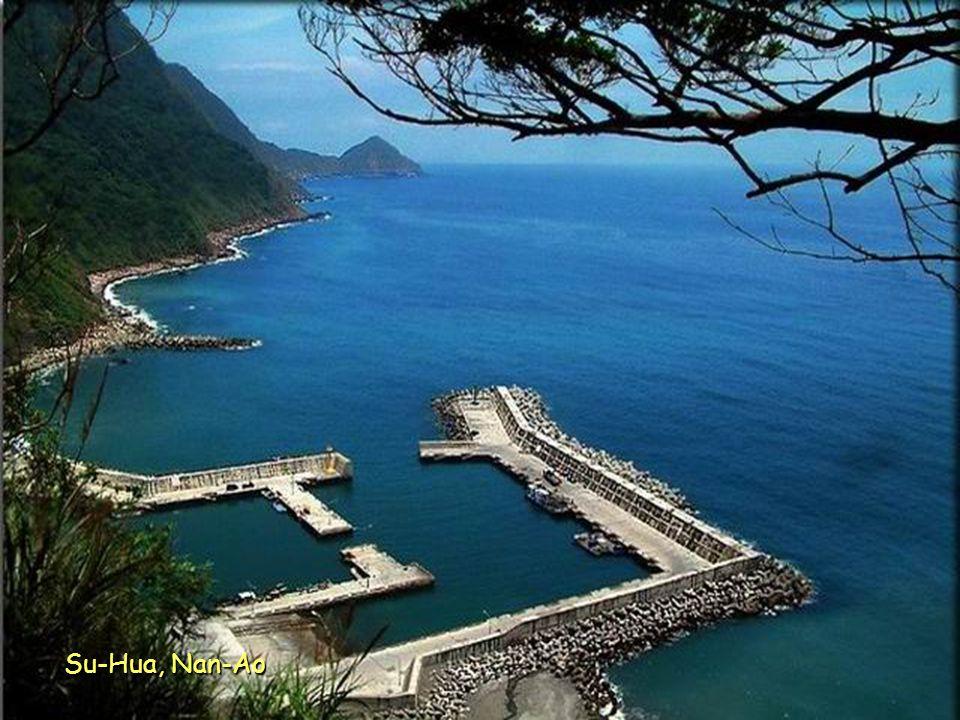 Ostrov Gueishan leží asi 10 km východně od pobřeží kraje Yilan