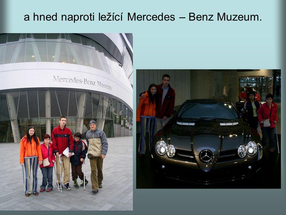 a hned naproti ležící Mercedes – Benz Muzeum.