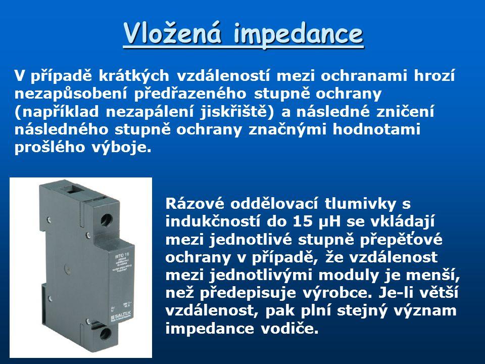 Vložená impedance Rázové oddělovací tlumivky s indukčností do 15 µH se vkládají mezi jednotlivé stupně přepěťové ochrany v případě, že vzdálenost mezi jednotlivými moduly je menší, než předepisuje výrobce.