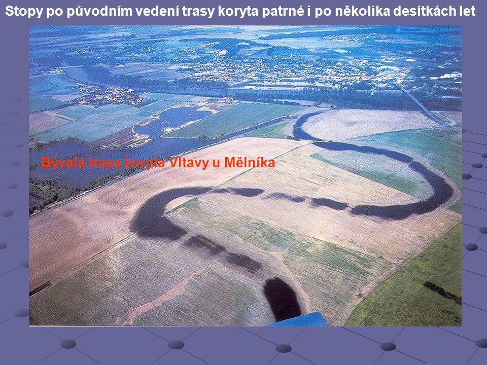 Stopy po původním vedení trasy koryta patrné i po několika desítkách let Bývalá trasa koryta Vltavy u Mělníka