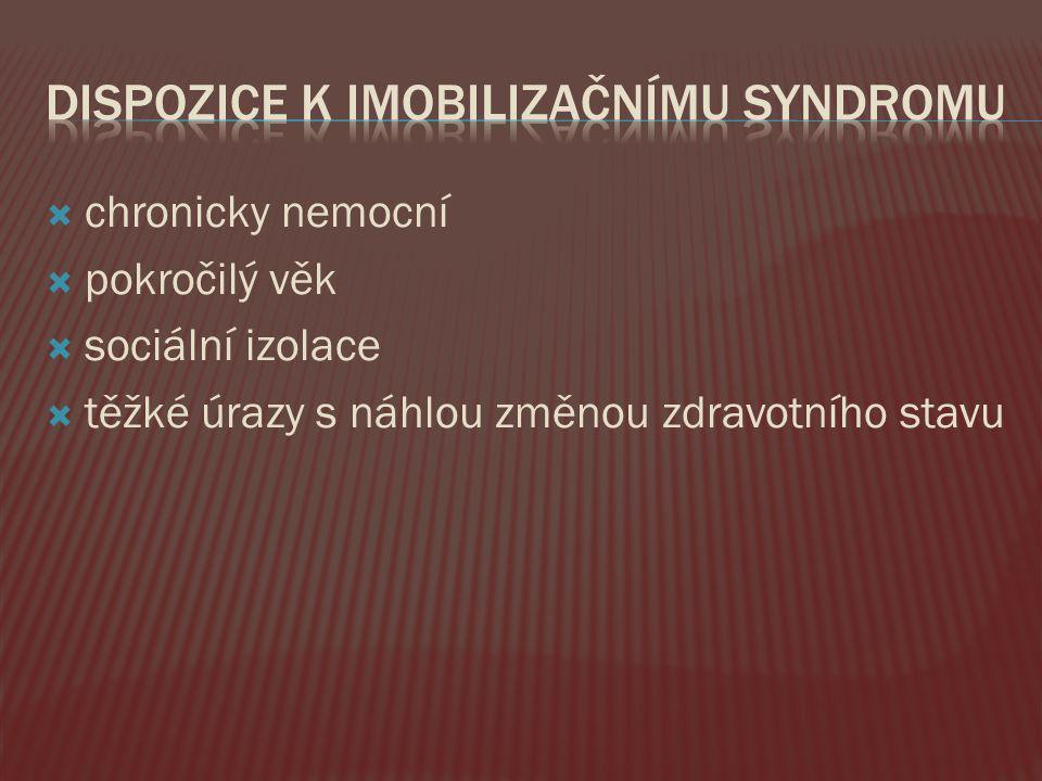  Ortostatický syndrom (při vertikalizaci závrať, bledost, pocení, až angiózní bolesti, kolaps ) –pozor na antihypotenziva  Dekondice  Zhoršená lokomoce  Dekubity, opruzeniny  Infekce (oslabení imunitního systému)  Obstipace  Otoky (hypoproteinémie,venostáza)  Nespavost  Zmatenost, delirium