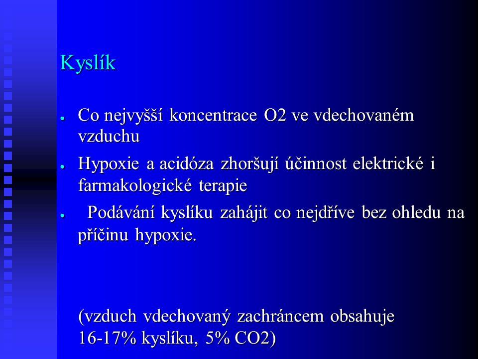 Kyslík ● Co nejvyšší koncentrace O2 ve vdechovaném vzduchu ● Hypoxie a acidóza zhoršují účinnost elektrické i farmakologické terapie ● Podávání kyslík