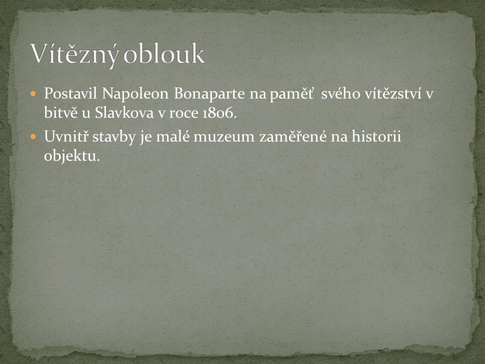 Postavil Napoleon Bonaparte na paměť svého vítězství v bitvě u Slavkova v roce 1806.