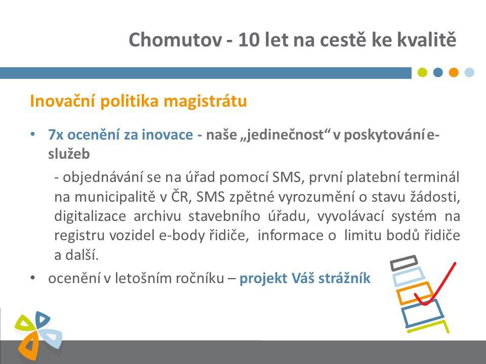 """Chomutov - 10 let na cestě ke kvalitě Inovační politika magistrátu 7x ocenění za inovace - naše """"jedinečnost v poskytování e- služeb - objednávání se na úřad pomocí SMS, první platební terminál na municipalitě v ČR, SMS zpětné vyrozumění o stavu žádosti, digitalizace archivu stavebního úřadu, vyvolávací systém na registru vozidel e-body řidiče, informace o limitu bodů řidiče a další."""