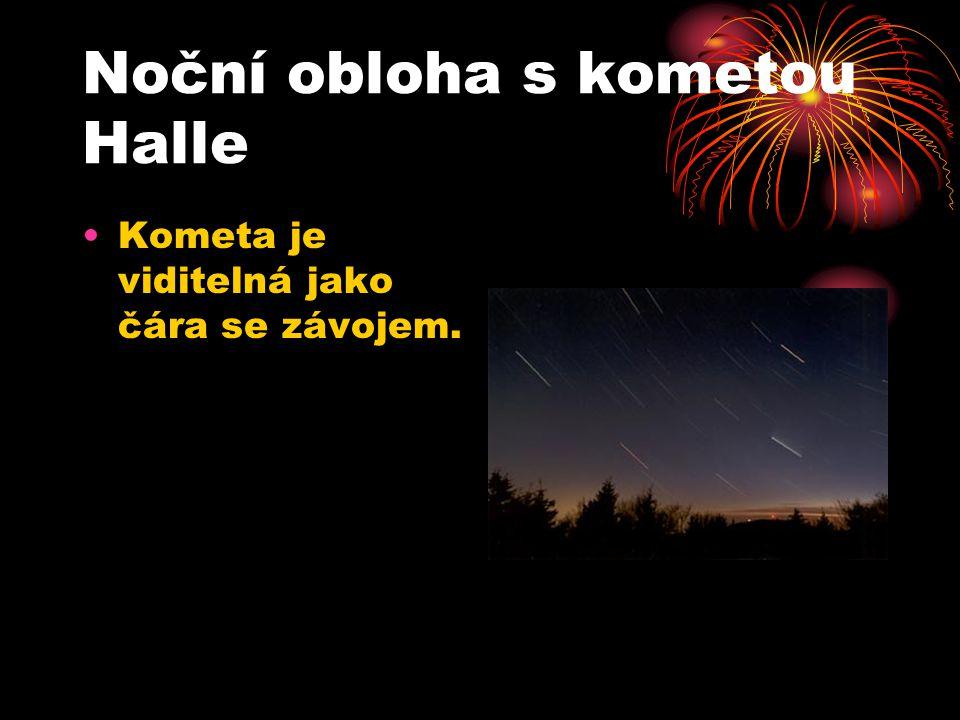 Noční obloha s kometou Halle Kometa je viditelná jako čára se závojem.