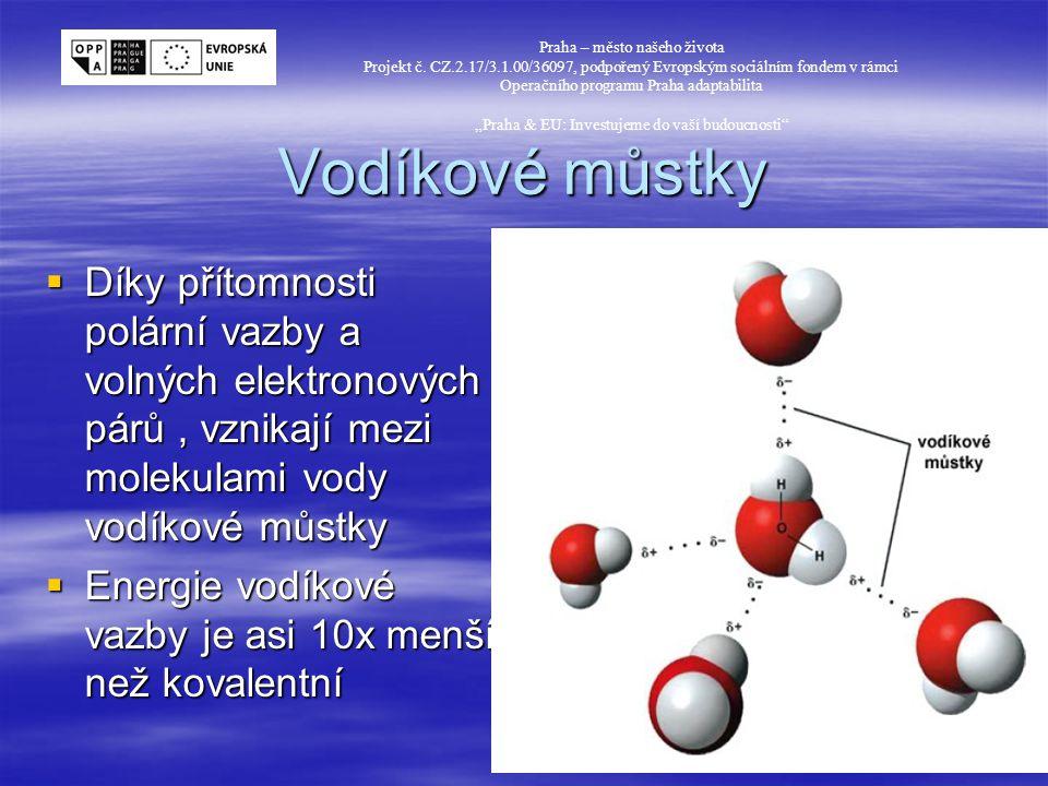 Struktura ledu  Každá molekula vody se pravidelně váže s dalšími 4 molekulami pomocí vodíkových můstků  Vzniká obrovská struktura se šestiúhelníky s prázdnými dutinami Praha – město našeho života Projekt č.