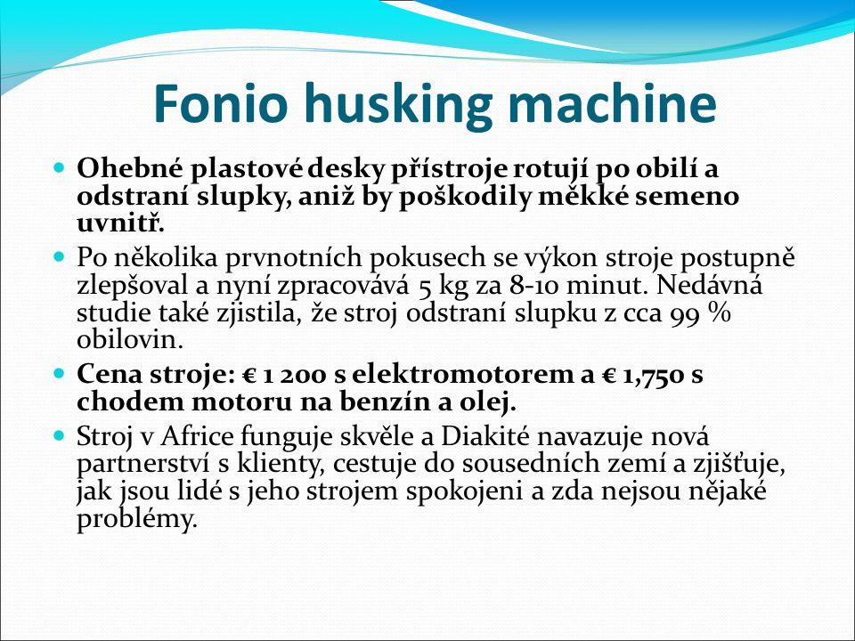 Fonio husking machine Ohebné plastové desky přístroje rotují po obilí a odstraní slupky, aniž by poškodily měkké semeno uvnitř.
