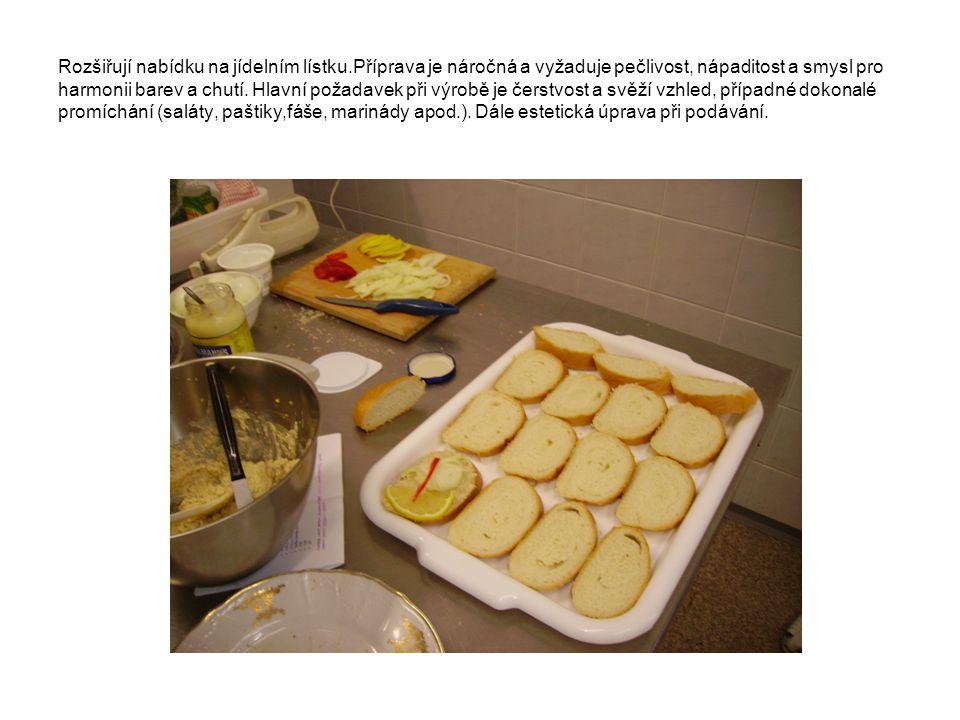 Používají se potraviny tepelně zpracované (maso, zelenina, vejce apod.), syrové (zelenina, ovoce, máslo, sýry apod.), koření a dochucovací prostředky.