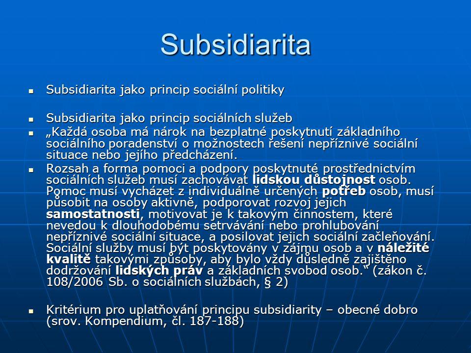 """Subsidiarita Subsidiarita jako princip sociální politiky Subsidiarita jako princip sociální politiky Subsidiarita jako princip sociálních služeb Subsidiarita jako princip sociálních služeb """"Každá osoba má nárok na bezplatné poskytnutí základního sociálního poradenství o možnostech řešení nepříznivé sociální situace nebo jejího předcházení."""